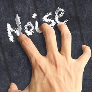 عکس کاور کشیدن ناخن روی تخته سیاه