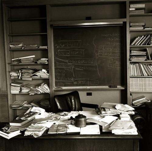 عکس کاور دفتر آلبرت اینشتین