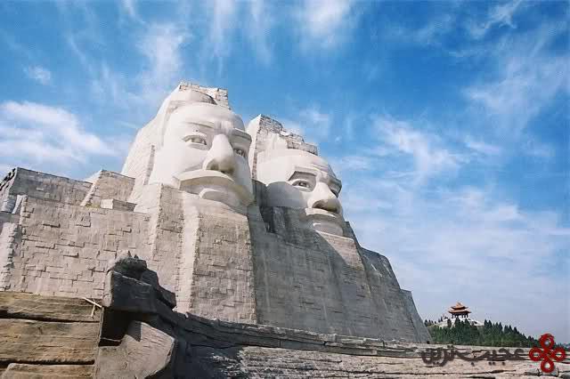 امپراطوران چین، یان و هوآنگ (۱۰۵ متر)