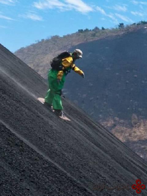 فرود از یک آتشفشان روی تختهٔ موجسواری، نیکاراگوئه