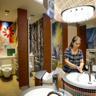 کاور ۱۰ تا از توالتهای عجیب جهان! (2)