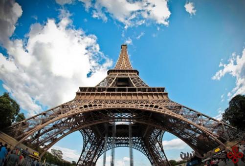 به دلیل وجود برج ایفل فرانسویها توانستند مراسم تاجگذاری ملکهی انگلستان را زنده تماشا کنند