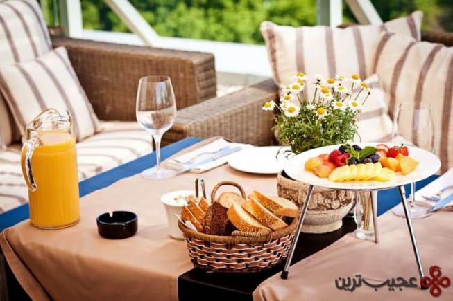 سرو صبحانه به همراه پیشخدمت شخصی و نوشیدنی های گران قیمت
