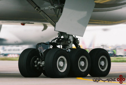چرخهای اهرم فرود این هواپیما با نیتروژن پر شدهاند تا از انفجار آنها جلوگیری کند