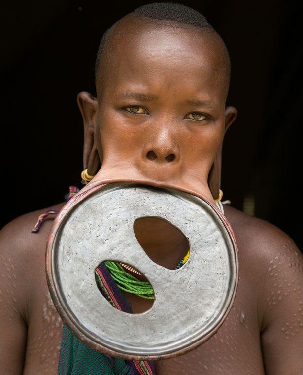 زنی آفریقایی بزرگترین دیسک زیبایی جهان را در لبش قرار داد!