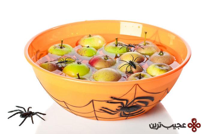 گرفتن سیب از آب