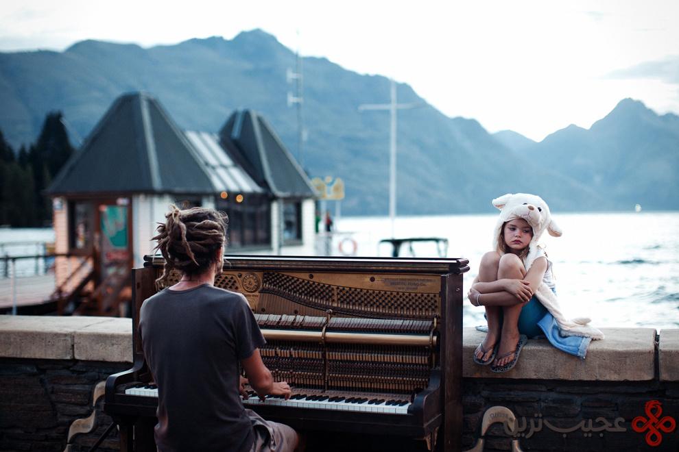 نواختن پیانو در غروب آفتاب
